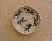 Gecko ceramic dish - Tapas container with lizards - Pottery trinket bowl - Jewelry dish  - Primitive stoneware tray - Tealight holder