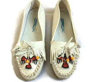 Beaded Moccasins / Thunderbird Moccasins / White Moccasins / Kiltie Moccasins / Fringe Moccasins / Moccasins Size 7 / 70s 80s Moccasin Flats