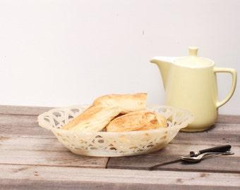 Corbeille à pain en plastic blanc crème des années 60 frenchvintagecharm