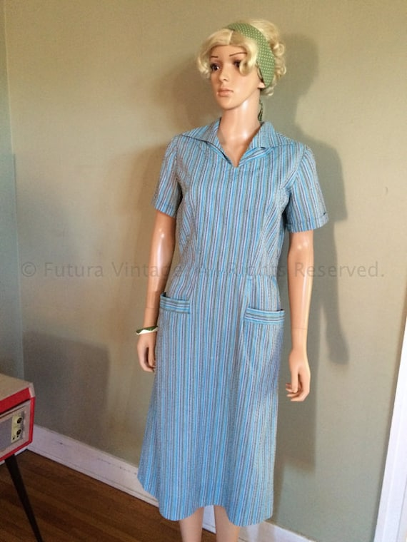 1940s 1950s Blue Striped Nubbed Cotton Short Sleeve Frock House Day Dress with Patch Pockets and Side Metal Zipper- M