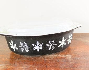 Black Snowflake Vintage Pyrex Casserole Dish 2 1/2 Qt Casserole with Glass Lid 045