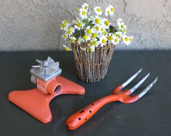 "Garden Yard Lawn Sprinkler Vintage 1950S SQUARESPRAY Orange Metal Water Sprinkler & Garden Hand Fork Vintage Orange Metal ""SABOTEN"""