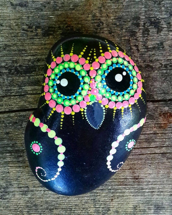 Colorfull painted owl on pebbles natural eco nature stone for Crafts made from rocks
