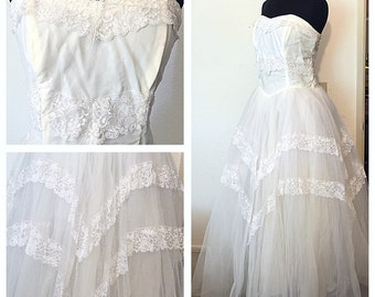 Original Vintage 1950's Weddings Dress, White Lace and Tulle Wedding Dress, 50's Sweetheart Wedding Dress, Full Skirt Tulle, Size: Medium .