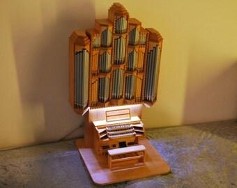Miniatur-Orgelmodell - Spieltisch und Pfeifenprospekt in Handarbeit gefertigt- beleuchtet