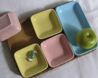 Original 50er Jahre Tischkultur: 5 eckige Beilagenschalen (Pastell-Gelb, -Rosa und -Blau) in Korbtablett. Ca. 31 x 21 cm. VINTAGE