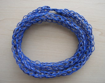 Pucey necklace of blue Finnish paper yarn and silver-colored thread.