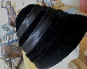 Vintage 1920's Flapper Style Black Velvet Cloche Hat With Satin Ribbon Trim. Art Deco Style Downton Abby. 1970's Era.