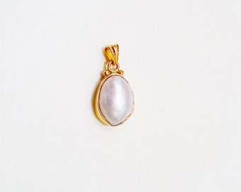 Pendant with natural pearl