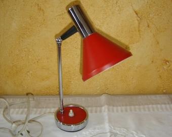 Lampe vintage articulée de bureau rouge et inox. No copy. Red lamp and stainless steel desk. Vintage. Retro. France