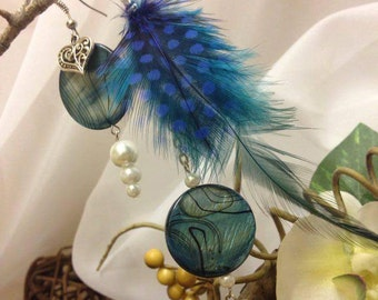 Asymmetrical earrings in blue feathers