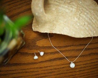 Gentle necklace and earrings with pearl