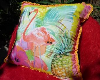 Coussin à motif flamand rose avec liseret au crochet