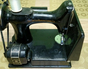 1937 Singer Featherweight 221 Sewing machine and case