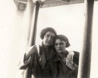 Vintage photo 1930 Affectionate Women Hold Hands Lesbian Int