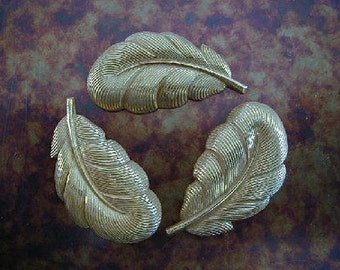 Vintage Haskell Stamping, 1950s Small Russian Gold Plated Brass Feather, Detailed Dapped RGP Jewelry Finding, 22x13mm, 1 piece