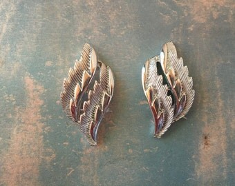 Festive Holiday Party Fun Vintage Coro Silver Tone Clip-On Earrings Graphic Leaves Nature Inspired
