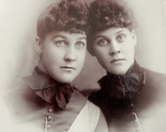 PHOTOGRAPH/CABINET CARD Antique Sisters Sepia Photograph