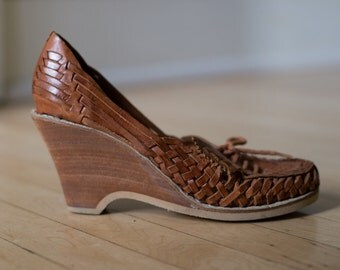 Vintage 70s Tan Brown Woven Leather Huarache Sandal Wedges Laceup  // WESTERN Tan Brogues - Size 7.5