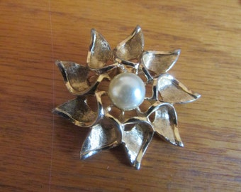 Pointy flower brooch