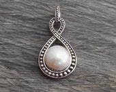 Balinese sterling Silver white mabe pearl pendant  / silver 925  / Bali Handmade jewelry / 1.65 inch long