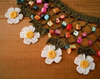 Crochet bib necklace, daisy