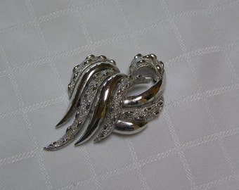 Crown Trifari elegant shiny and textured silver tone brooch