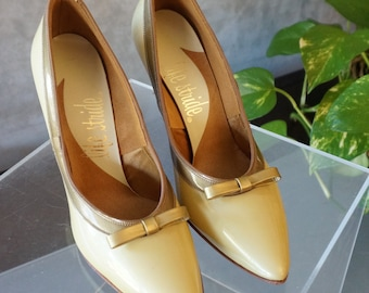 Free Shipping! Vintage New Old Stock LIFE STRIDE Gold Yellow Patent Leather Pumps with a Bow - Size 5.5 B