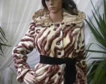 Elegant ladies coat down - a leopard.