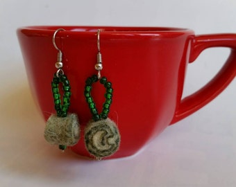 Felt Earrings.green handmade spiral felt and green beads.Free packaging!Gift idea. Orecchini feltro spirale verde.perline verdi. Confezione!