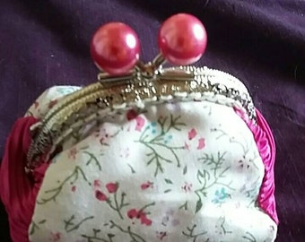 Coin purse with large bead clasp