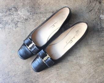 Salvatore Ferragamo Vara Bow Pumps / Vintage Black Leather SHOES /Women's Size 7 1/2 Narrow / Designer Shoes