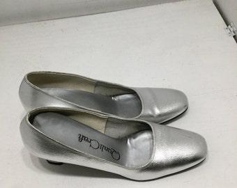Vintage 1970s Silver Metallic QualiCraft Classic Mid Heel Formal Pumps, Size 7 1/2B/AA