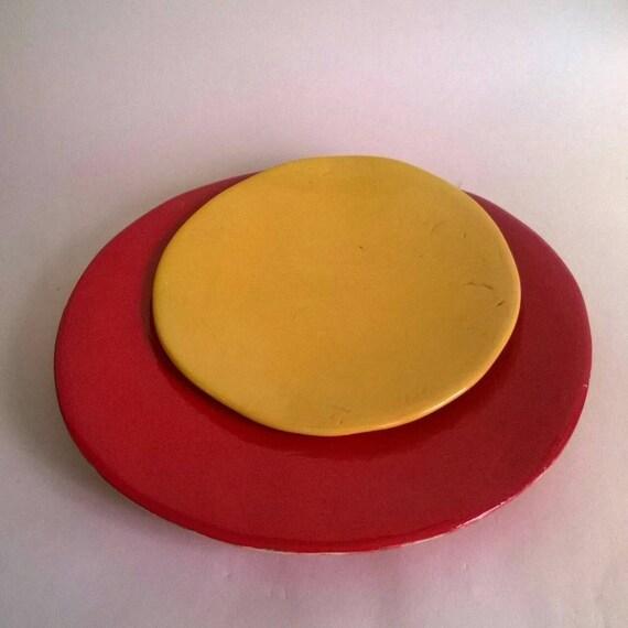 red ceramic plate assiette rouge en by lagrenouilleegaree. Black Bedroom Furniture Sets. Home Design Ideas