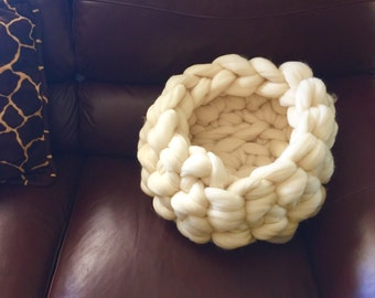 Organic Chunky Crocheted Pet Bed - solid cream white -Cat or Dog basket, Cat Furniture, cozy wool cat or dog, pet furniture, crochet pet bed