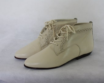 Ivory Granny Ankle Boots / 1980's Vintage Flat Boots / Leather Ankle Booties / Pointy Toe Boots / Deadstock Low Boots 8