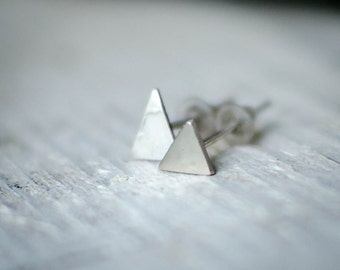 earring custom silver solid (925) minimalist, chip to ear triangle, nature, simple, discreet.