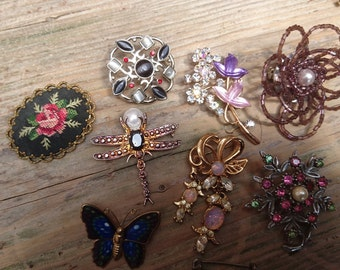 Lot of eight assorted vintage brooches