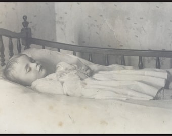 Touching Victorian Postmortem Cabinet Photo - Angelic Child On Bed - Aubenas