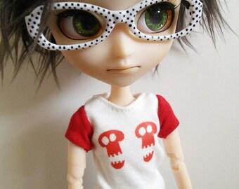 White Isul T-shirt with red skulls
