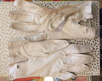 1950s // Size 7 Pearl Button White Leather Gloves