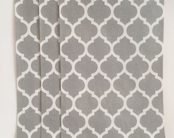 "Trendy gray and white quatrefoil party favor paper bags 5 x 7.5"" - Set of 20"