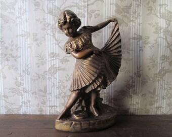 Statuette d'une petite fille danser avec boucles - bronzée Figure de jeune fille de plâtre grande français