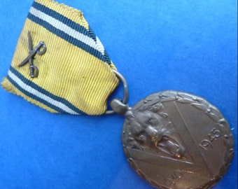 Original Belgium Commemorative Medal of the 1940–1945 War. With Combattants Crossed Swords On Ribbon.