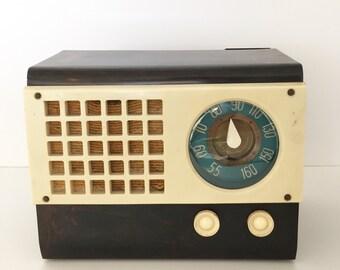 Emerson Model 520 Catalin Radio - 1940's