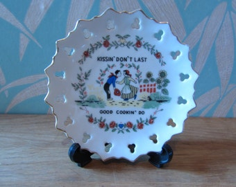 1950s Irish gilt & pierced shamrock souvenir plate, made in Japan - 'Kissin don't last, good cookin' do'