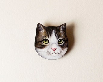 Custom pet portrait brooch - handmade brooch realized as a custom cat portrait