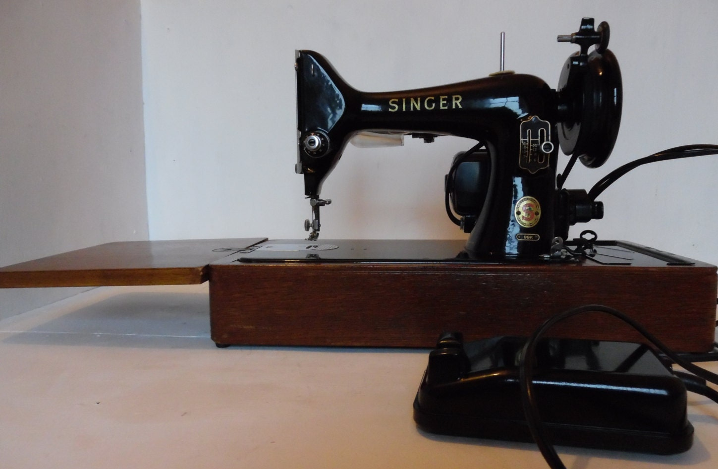 Electrical Sewing Machine : Singer k vintage electric sewing machine with bentwood case