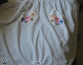 White Apron/Lace and Embroidered Pockets Bib Style Apron