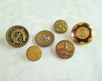 6 Vintage Metal Buttons - Washington DC, Horseshoe, Her Majesty's Service, Med Polkefor Posterlandet